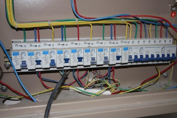 正在认真检查旁边电箱的刘监理,对于电路这中大项来说要检查的格外