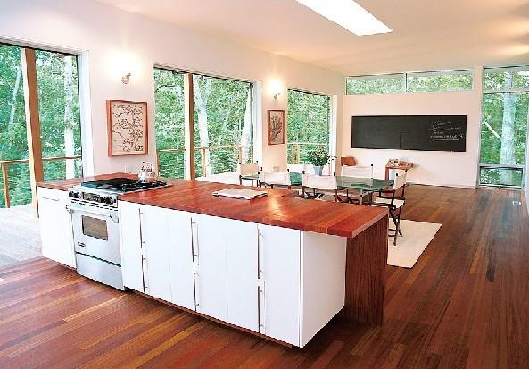 简要内容:现代家庭装饰中,木地板是地面装饰的重点,也是家装投资较大的项目,但市面上所出售的木地板种类实在很多。什么样的木地板是自己想要的,怎样选择木地板呢? 高档的家庭装修一定少不了木地板。如果你报出自家用的是地砖时,广州人一定领会你家的装修是简朴的。我也像很多人一样很喜欢木地板,木地板是温暖呵护的。有一种说法:木地板本身就是一个好家具。清清简简的几件家具,在木地板的映衬下会美得出乎意料。 可要想家里的木地板完全称心如意也不是件简单的事,市面上所出售的木地板种类实在很多。什么样的木地板是自己想要的,怎样